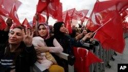 Para pendukung Presiden Turki, Recep Tayyip Erdogan, berkumpul di luar istana Presiden di Ankara untuk merayakan kemenangan dalam referendum, Senin (17/4).