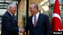 Menteri Luar Negeri Amerika, Rex Tillerson, kiri, pada saat bertemu dengan Menteri Luar Negeri Turki, Mevlut Cavusoglu di Istanbul, Turki, 9 Juli 2017.