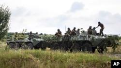 지난 13일 우크라이나 정부군이 무카체브 인근 마을을 순찰하고 있다.