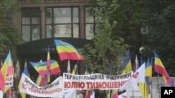 季莫申科支持者在庭外。