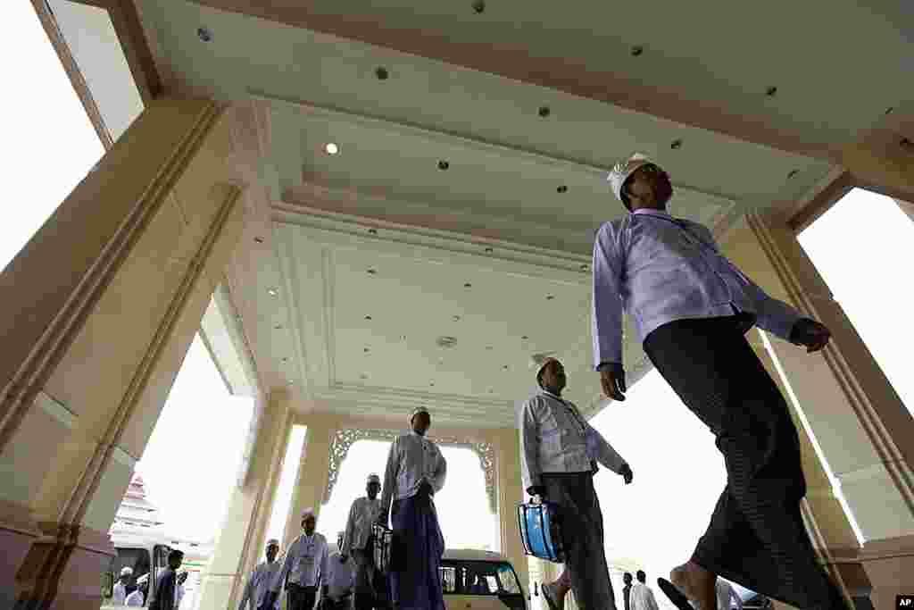 缅甸上议院议员抵达内比都出席上院第三次会议。