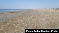 کراچی کے ساحل پر تا حد نظر پلاسٹک کے بیگ،خالی بوتلیں اور کچرا بکھرا پڑا ہے، جو آخرکار سمندر میں چلا جاتا ہے۔