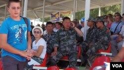 中國與俄羅斯繼續擴大各領域合作。去年夏季莫斯科郊外坦克比賽中中國軍官與俄羅斯觀眾。(美國之音白樺攝)