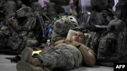 Август 2011 года. Американский военнослужащий ожидает посадки в самолет, который отвезет его из Ирака на родину.