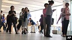香港蘋果專賣店門前市民獻花紀念喬布斯
