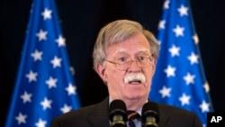 លោក John Bolton ទីប្រឹក្សាសន្តិសុខជាតិរបស់សហរដ្ឋអាមេរិកថ្លែងនៅក្នុងសន្និសីទកាសែតមួយនៅក្នុងក្រុង Jerusalem កាលពីថ្ងៃទី២២ ខែសីហា ឆ្នាំ២០១៨។