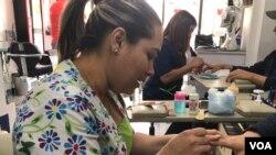 Nelitza González, una migrante venezolana que trabaja en un salón de belleza para ganarse la vida. Foto: Karen Sánchez, VOA.