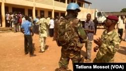 Quartier de PK5 à Bangui, forte présence des soldats français et de la Minusca après des échanges de tirs avec un groupe d'hommes armés qui tentent de perturber le référendum. (VOA/Tatiana Mossot)