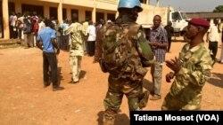 Quartier de PK5 à Bangui, forte présence des soldats français et de la Minusca le 13 décembre 2015. (VOA Afrique/Tatiana Mossot)