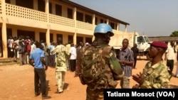Quartier de PK5 à Bangui, forte présence des soldats français et de la Minusca après des échanges de tirs avec un groupe d'hommes armés qui tentent de perturber le référendum. (VOA Afrique/Tatiana Mossot)