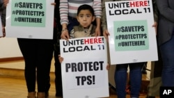 Para warga Salvador dan anggota keluarganya , melakukan unjuk rasa menuntut perpanjangan Temporary Protected Status (TPS) di Los Angeles, California, Senin (8/1).