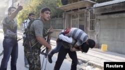 27일 시리아 알레포에서 교전 도중 부상당한 반군.