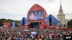 Des milliers de spectateurs sont réunis pour la cérémonie d'ouverture à Moscou, le 14 juin 2018.