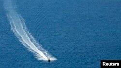 Une personne sur un jet-ski, le 26 août 2010.