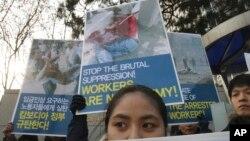 10일 한국에 체류 중인 캄보디아 근로자들이 본국 근로자들의 시위에 동조해 캄보디아 정부를 규탄하는 시위를 벌이고 있다.