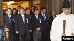 Các bộ trưởng nội các Nhật Bản đến thăm đền Yasukuni tại Tokyo, ngày 18/10/2012