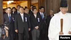 18일 야스쿠니 신사를 방문한 일본 각료와 의원들.