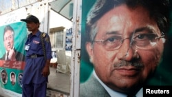 2013年3月21日在卡拉奇的巴基斯坦前总统穆沙拉夫的竞选办公室外面,有警卫看守入口。