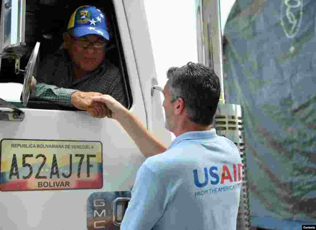 Llegaron a Venezuela camiones con ayuda humanitaria desde Brasil y Colombia.El presidente interino, Juan Gauidó, confirmó a través de su cuenta de Twitter la llegada del primer camión con ayuda el sábado.