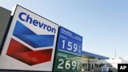 ស្ថានីយ៍ប្រេងឥន្ធនៈ Chevron មួយកន្លែង។