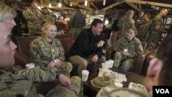 Perdana Menteri Inggris David Cameron saat mengunjungi tentara Inggris di Kandahar, Afghanistan (20/12).