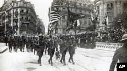 Aмериканские войска на параде в Париже. 4 июля 1918