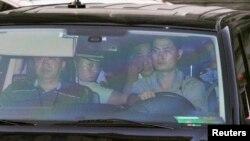 8月23日,薄熙來離開山東濟南法院
