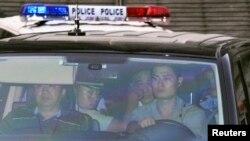 8月23日,薄熙来乘车离开济南法院