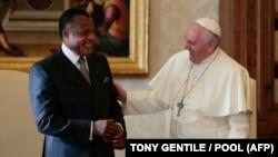 Le pape François (à droite) s'entretient avec le président du Congo, Denis Sassou-N'Guesso, lors d'une audience privée au Vatican le 9 décembre 2013. (Photo by TONY GENTILE / POOL / AFP)