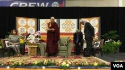 与达赖喇嘛一同在台上的是美国国会众议院少数党领袖南希·佩洛西与著名演员、社会活动家李察·基尔。