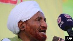 Le chef de l'opposition soudanaise et ancien Premier ministre Sadiq al-Mahdi, renversé par un coup d'État en 1989 qui a porté au pouvoir le président Omar al-Bashir, prononce un discours devant ses partisans lors d'un rassemblement à Omdurman le 26 janvie