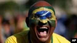 2018 러시아 월드컵 8강전 브라질- 벨기에 경기가 7일(한국시간) 열리는 가운데 브라질 리우데자네이루에서 남성이 브라질 축구팀을 응원하고 있다.