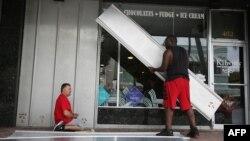 Жители города готовятся к урагану. Делрей Бич, штат Флорида. 6 октября 2016 г.