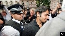 لندن میں پاکستانی کرکٹر سلمان بٹ میجچ فکسنگ کے الزامات کے بعد پولیس کے ساتھ