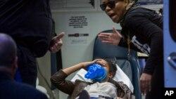 Una persona es transportada en una ambulancia en Union Square, Nueva York, durante las protestas por la muerte de Freddie Gray en esa ciudad.