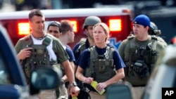 2013年9月16日警方在華盛頓海軍設施槍案現場進行調查。