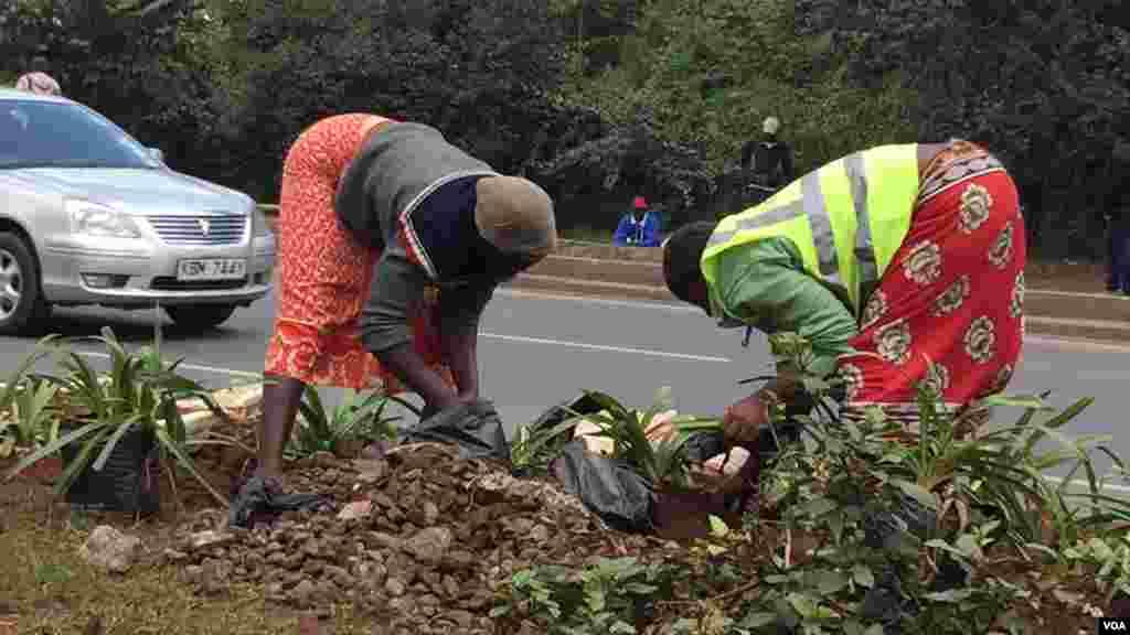 Des travailleurs s'activent à terminer la réhabilitation de l'autoroute Uhuru que le cortège du président américain Barack Obama devra emprunter lors de sa visite au Kenya, le 20 Juillet 2015.