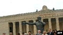 Futbol üzrə 1966-cı il dünya çempionatının qalibləri hakim Tofiq Bəhramovun abidəsini ziyarət edib