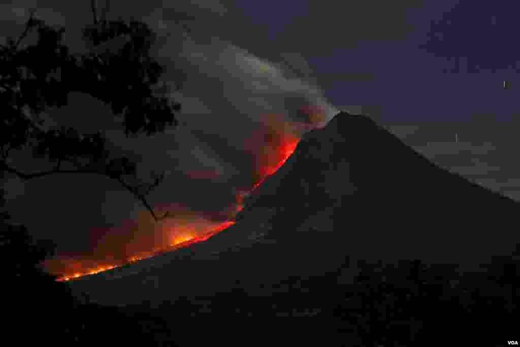 Gunung Sinabung memuntahkan abu seperti terlihat dari desa Kuta Tengah di Karo, Indonesia, 14 Januari 2014.