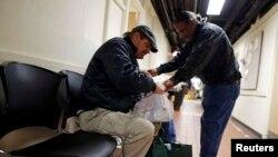 지난 2013년 시카고 자선 단체 봉사자가 한 시민에게 음식이 든 봉지를 건네주고 있다. (자료사진)