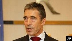 ເລຂາທິການໃຫຍ່ກຸ່ມເນໂຕ້ ທ່ານ Anders Fogh Rasmussen ກ່າວຕໍ່ບັນດານັກຂ່າວທີ່ກຸງ Tripoli, ລີເບຍ. ວັນທີ 31 ຕຸລາ 2011.l