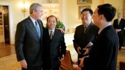资料照:2006年5月11日美国总统布什在白宫会见人权宗教人士王怡(右二),余杰(右一)和李柏光。