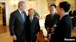 2006年5月11日,时任美国总统布什在白宫会见中国人权活动人士。(从左到右:布什总统、李柏光、王怡和余杰)
