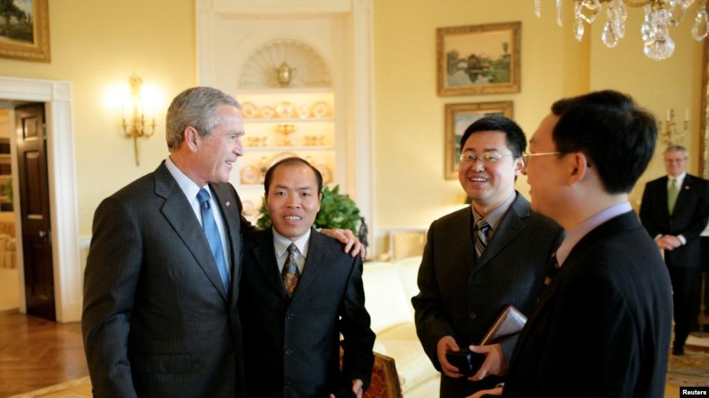 2006年5月,时任美国总统乔治·W·布什(George W. Bush)与王怡牧师(左三)等三位中国基督教活动家会面