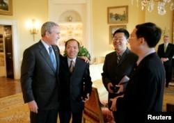 美國總統布什在白宮會見人權宗教人士王怡(右二),余杰(右一)和李柏光。(2006年5月11日)