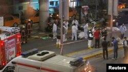 Petugas fotensik memeriksa barang bukti pasca ledakan di bandara Ataturk di Istanbul, Selasa malam (28/6).