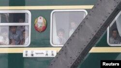지난 2013년 7월 중국 단둥에서 북한 평양으로 향하는 열차가 압록강 철교를 지나고 있다. (자료사진)
