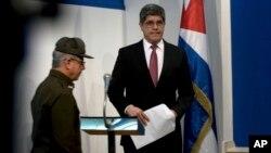 Los funcionarios cubanos hicieron una larga presentación sobre una serie de enfermedades misteriosas sufridas por diplomáticos estadounidenses y canadienses en La Habana, reiterando que no hay evidencia de que acusaciones de que los síntomas se debieron a ataques tecnológicos.