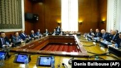 Staffan de Mistura, Bashar al-Ja'afari et leurs délégations lors des pourparlers de paix à Genève en Suisse, le 16 mai 2017.