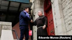 Juan Cruz, un chileno víctima de abuso sexual por parte del clero, a su llegada a una reunión con el investigador designado por el Vaticano, el arzobispo maltés Charles Scicluna de Malta, en Nueva York, feb 17, 2018. REUTERS/